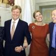 2001-03-30 18:55:55 NLD-20010330-DEN HAAG: (Vlnr) Koningin Beatrix, Prins Willem-Alexander, Maxima Zorreguieta, en prins Claus poseren op paleis Noordeinde in Den Haag na de bekendmaking van de verloving van het jonge paar. ANP FOTO/POOL/MARCEL ANTONISSE