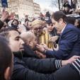 2016-03-30 15:52:24 AMSTERDAM - Koning Mohammed VI van Marokko verlaat Nederland na een meerdaags bezoek. Bij vertrek uit zijn hotel gaat hij op de foto met fans voor de deur. ANP ROYAL IMAGES ALEXANDER SCHIPPERS