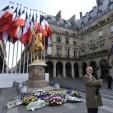 Une personne portant le drapeau du mouvement royaliste Action française est photographié devant la statue de Jeanne D'arc lors d'une manifestation à l'appel de l'association royaliste, le 09 mai 2010 à Paris. Fondée en 1898 au moment de l'affaire Dreyfus, l'Action française était un mouvement royaliste, nationaliste et antisémite qui a eu une certaine influence durant la Troisième République et sous Vichy. AFP PHOTO / MEHDI FEDOUACH / AFP PHOTO / MEHDI FEDOUACH