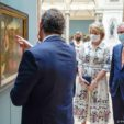 2020-05-19 07:55:55 epa08431843 Belgium Queen Mathilde (C) and Belgium King Philippe (R) wear face masks during a visit of the Royal Museum of Fine Arts of Belgium at the first day of re-opening amid the coronavirus crisis in Brussels, Belgium, 19 May 2020. Belgium eased lockdown measures in place to curb the spread of the COVID-19 pandemic, caused by the novel coronavirus.  EPA/Daina Le Lardic / POOL