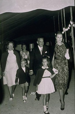 Click image for larger version  Name:1962-08-01 Family.jpg Views:353 Size:56.0 KB ID:100426