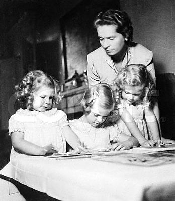 Click image for larger version  Name:Med Désirée, Margaretha & Birgitta december 1941.jpg Views:715 Size:33.2 KB ID:105044