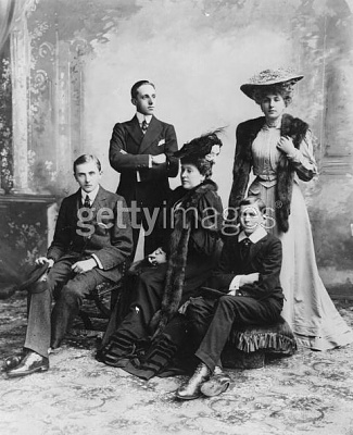 Click image for larger version  Name:Beatrice (centre) 1906.jpg Views:371 Size:49.8 KB ID:116083