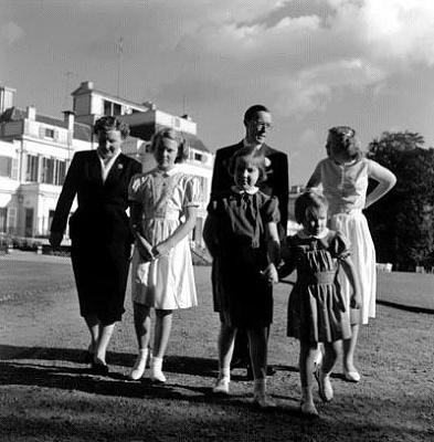 Click image for larger version  Name:De_koninklijke_familie_te_Soestdijk__1953.JPG Views:258 Size:30.9 KB ID:12395