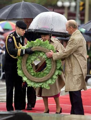 Click image for larger version  Name:13th - The Queen at the Tomb of the Unknown Soldier in Ottawa.jpg Views:205 Size:22.8 KB ID:129624