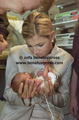Click image for larger version  Name:2001__baby__couveuse__gelderland__maxima__oktober__streekbezoeken__willem_alexander__ziekenhuis.JPG Views:367 Size:30.0 KB ID:13305