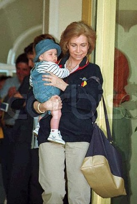 Click image for larger version  Name:200_04_19___Palma___Queen_Sophie_with_her_grandson_Juan_Valentin__son_of_Infanta_Cristina.JPG Views:428 Size:25.1 KB ID:13475