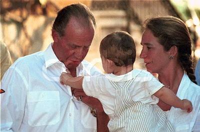 Click image for larger version  Name:1999_08_07___Palma___King_Juan_Carlos__his_grandson_Felipe_Juan_and_Infanta_Elena.JPG Views:241 Size:43.7 KB ID:13479