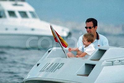 Click image for larger version  Name:2000_08_05___Palma___Felipe_Juan_Froilan_with_his_father__Jaime_de_Marichalar.JPG Views:219 Size:33.8 KB ID:13564