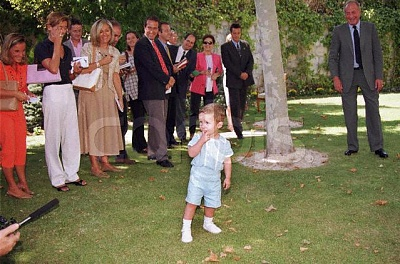 Click image for larger version  Name:2000_09_15___Felipe_Juan_somewhat_intimidated_by_the_press._Hisgrandfather_looks_on__amused.JPG Views:323 Size:62.7 KB ID:13565
