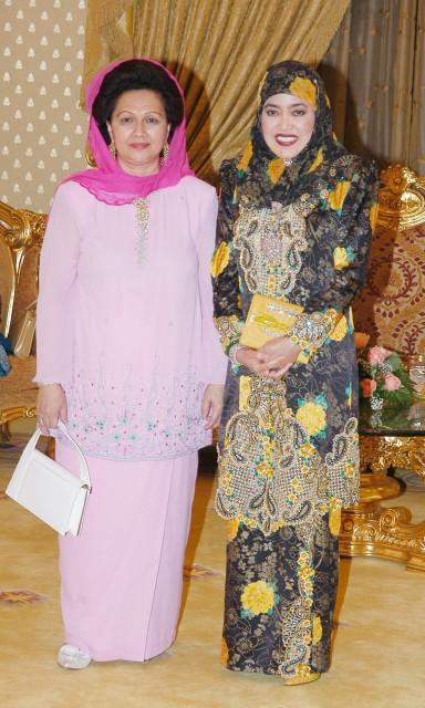 Click image for larger version  Name:Majlis Santap Tengahari Istana Melawati.3 Raja Permaisuri and Raja Isteri.jpg Views:204 Size:88.7 KB ID:136304