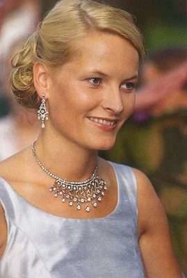Click image for larger version  Name:AW dress close up of jewels.jpg Views:288 Size:42.4 KB ID:139776