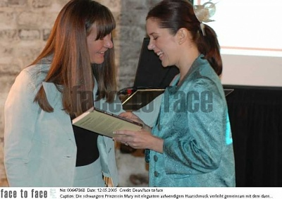 Click image for larger version  Name:CPss hands over awards at research day 10.jpg Views:239 Size:114.8 KB ID:142199