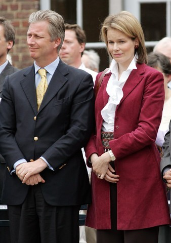 Click image for larger version  Name:red velevet coat.jpg Views:202 Size:42.7 KB ID:143296