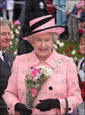 Click image for larger version  Name:TheQueenwalkabout24thMay.jpg Views:137 Size:37.1 KB ID:149457