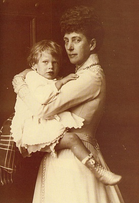 Click image for larger version  Name:Alexandra & grandson Prince George a.jpg Views:960 Size:54.2 KB ID:154645