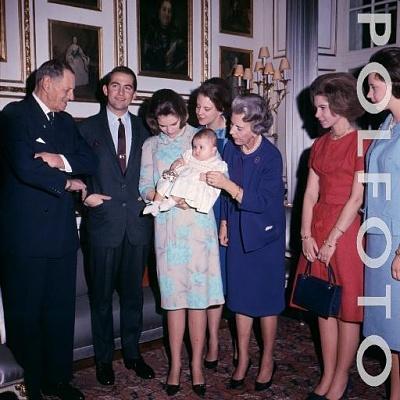 Click image for larger version  Name:18-11-1965 Kong Konstantin og dronning Anne Marie med prinsesse Alexia besøger Fredensborg Slot.jpg Views:1258 Size:44.8 KB ID:167209
