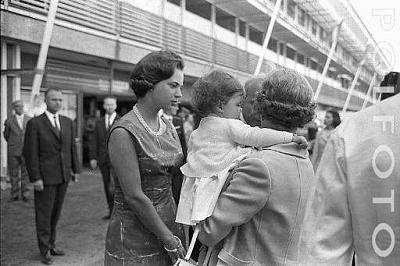 Click image for larger version  Name:5 Polfoto 24-07-1966 4 Dronning Anne-Marie og prinsesse Alexia ankommer til Kastrup.jpg Views:572 Size:34.6 KB ID:167214