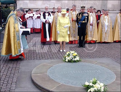 Click image for larger version  Name:QueenDukelayingwreathWWII60thAnniversary10thJuly.jpg Views:208 Size:66.2 KB ID:167260