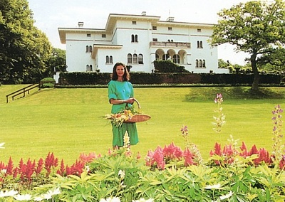 Click image for larger version  Name:Queen Silvia at Solliden.jpg Views:288 Size:173.8 KB ID:171194