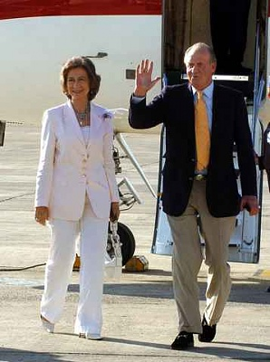 Click image for larger version  Name:JuanCarlos&Sofia arrival 2005.jpg Views:220 Size:17.3 KB ID:171208