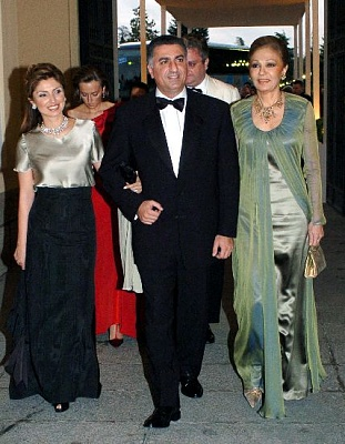 Click image for larger version  Name:Reza Pahlavi with wife and mother.jpg Views:690 Size:52.2 KB ID:189158