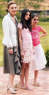 Click image for larger version  Name:Shahbanou Farah and granddaughters Noor & Iman.jpg Views:3189 Size:48.7 KB ID:195675