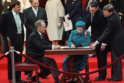 Click image for larger version  Name:signerar Kanadas konstitution april 1982, Ottawa (Trudeau).jpg Views:183 Size:41.5 KB ID:251730
