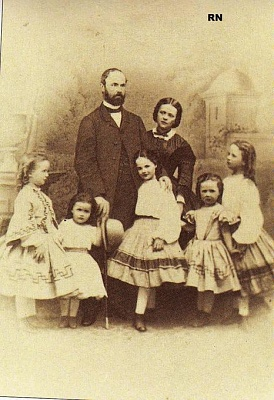 Click image for larger version  Name:family picture of the Waldeck-Pyrmonts.jpg Views:706 Size:57.3 KB ID:262429