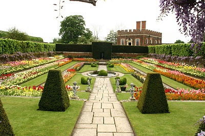 Click image for larger version  Name:Hampton Court formal garden.jpg Views:1123 Size:147.6 KB ID:269135