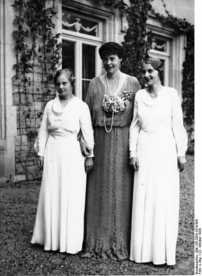 Click image for larger version  Name:alex of prussia, mother and sister.jpg Views:2297 Size:141.0 KB ID:278006