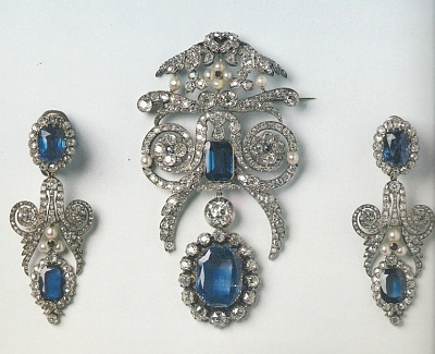 Click image for larger version  Name:Queen Amélie Diamond & Sapphire Brooch & Earrings.jpg Views:1875 Size:198.8 KB ID:289773