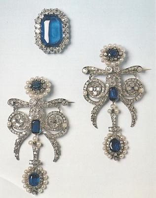 Click image for larger version  Name:Queen Amélie Diamond & Sapphire Epaulette Brooches & Belt Buckle.jpg Views:537 Size:137.5 KB ID:289774