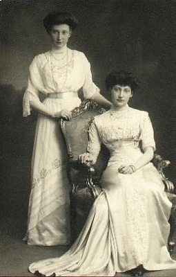 Click image for larger version  Name:thyra sitting and younger sister dagmar 1880-4.jpg Views:129 Size:18.1 KB ID:296369