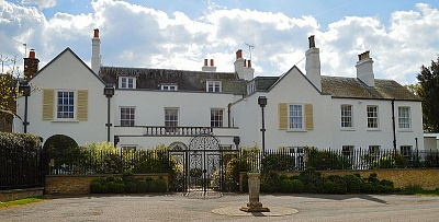 Click image for larger version  Name:ThatchedHouse_Lodge,_Richmond_Park.jpg Views:43 Size:76.4 KB ID:302322