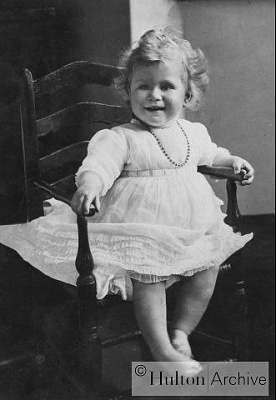 Click image for larger version  Name:june_1927_portrait_of_Princess_Elizabeth__daughter_of_the_Du.jpg Views:536 Size:24.0 KB ID:32680