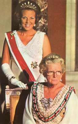 Click image for larger version  Name:QueenJuliana_heirBeatrixbejewelled.jpg Views:1028 Size:40.8 KB ID:3557