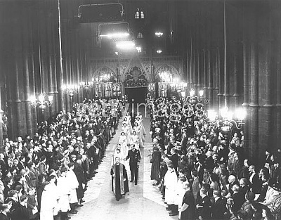 Click image for larger version  Name:Princess Elizabeth enters Westminister Abbey 2.jpg Views:1052 Size:62.1 KB ID:40466