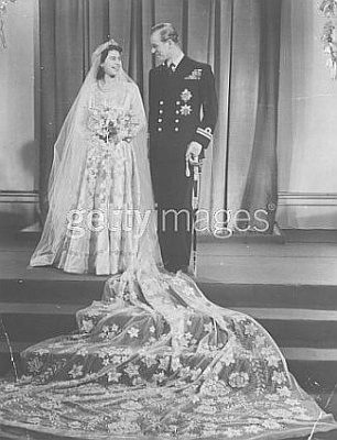 Click image for larger version  Name:Elizabeth smiles at her husband in wedding portrait.jpg Views:886 Size:29.4 KB ID:40586