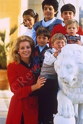Click image for larger version  Name:Queen Noor and family.jpg Views:136 Size:26.8 KB ID:41635