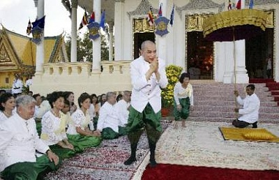 Click image for larger version  Name:capt.phn10910281108.cambodia_new_king_phn109.jpg Views:273 Size:28.1 KB ID:52149