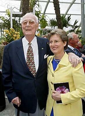 Click image for larger version  Name:Lennart & Sonja på hand 93årsdag.jpg Views:450 Size:23.6 KB ID:69952