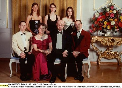 Click image for larger version  Name:Family 1998.jpg Views:397 Size:36.5 KB ID:70207