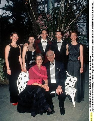 Click image for larger version  Name:Family 2000.jpg Views:392 Size:42.7 KB ID:70211