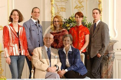 Click image for larger version  Name:Family 2003.jpg Views:404 Size:34.7 KB ID:70212