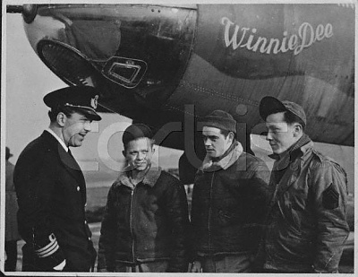 Click image for larger version  Name:Visit w American Air Force at English base 1944.jpg Views:283 Size:39.8 KB ID:75419