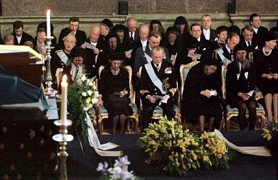 Click image for larger version  Name:Kungafamiljen på begravningen.jpe Views:897 Size:55.5 KB ID:75426