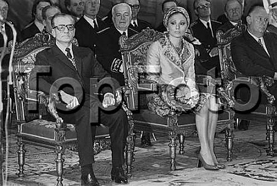 Click image for larger version  Name:The Shah of Iran (1919-1980) and his wife Farah Dibah in the Town hall of Paris..jpg Views:420 Size:29.4 KB ID:95932