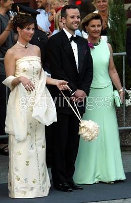 Click image for larger version  Name:Princess Martha Louise swings her bag Ari Behn and mom Sonja at gala before wedding.jpg Views:862 Size:36.6 KB ID:96331