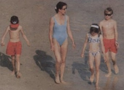 Click image for larger version  Name:Young Family_Caro on beach wth kids.jpg Views:653 Size:31.3 KB ID:98897